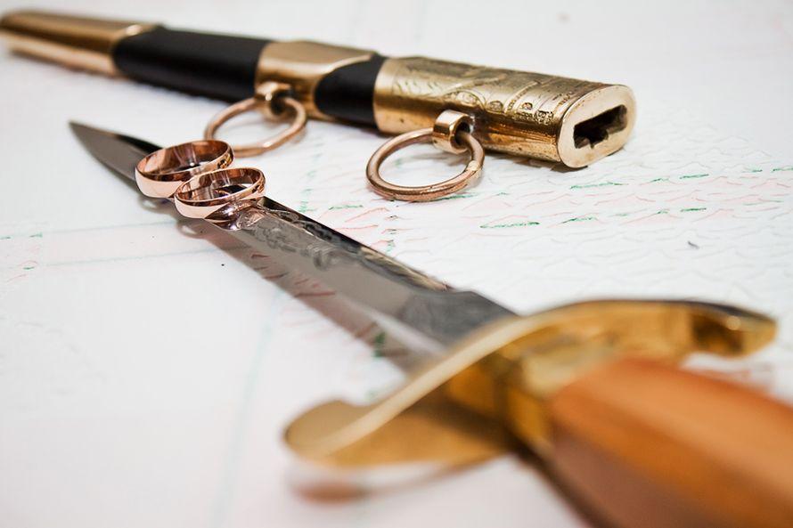 Золотые обручальные кольца, выполнены в классическом стиле на фоне сабли. - фото 1991417 Фотограф Рашид Бахмутов