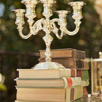 Декор свадьбы книгами и канделябром