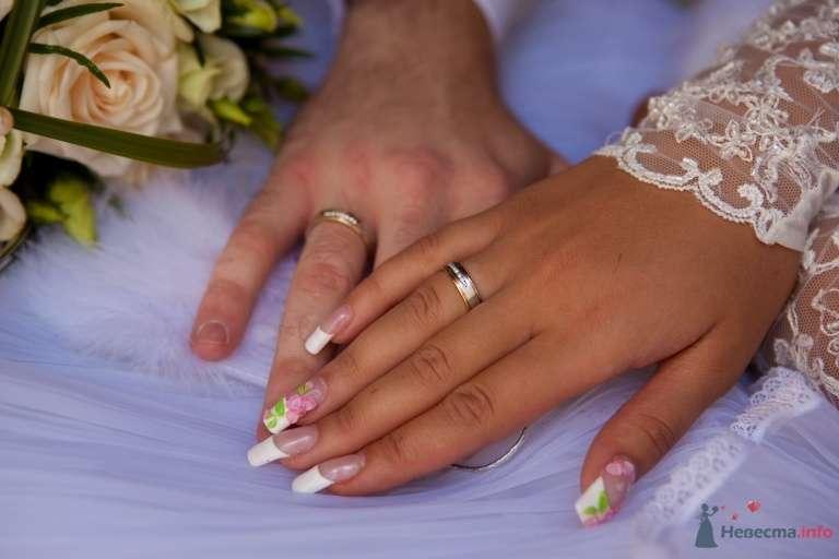 Руки невесты на фоне букета и руки жениха, классический френч- маникюр на удлиненные квадратные ноготки с цветной лепкой в виде - фото 41876 КатёночкаИзЗелика