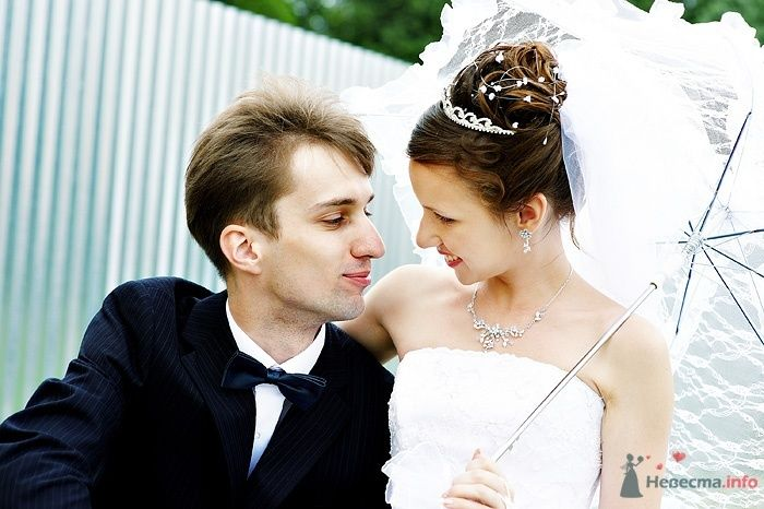 Невеста с высокой прической для длинных волос, украшенной жемчужными бусинами, в серебряной диадеме, колье и серьгах, в руках - фото 46265 Студия свадебной фотографии Сергея Рыжова