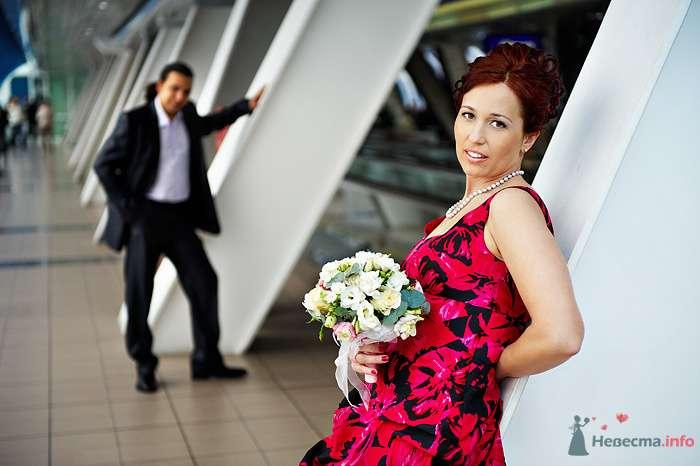 Жених и невеста стоят недалеко друг от друга на улице - фото 78927 Студия свадебной фотографии Сергея Рыжова
