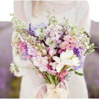 Летний букет невесты из фрезий и фиалок