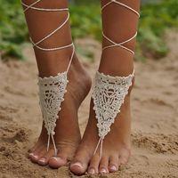 """Вязанные крючком, ажурные украшения на ступни невесты с завязками на голени в стиле индийских браслетов """"пайял""""."""