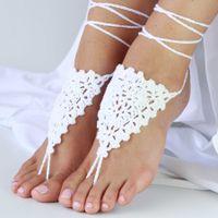 """Вязанные крючком, ажурные, белоснежные украшения на ступни невесты с завязками на голени в стиле индийских браслетов """"пайял""""."""