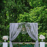 Свадебная арка с тканью и люстрой