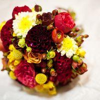 Букет для осенней свадьбы из астр и роз