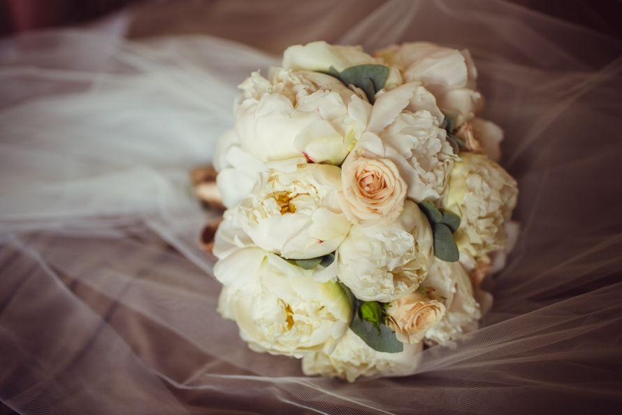 Оптом алматы, свадебный букет из пионов и белых роз