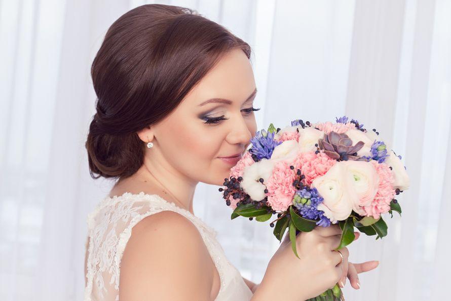 Букет невесты из нежно-розовых ранункулюсов, розовых гвоздик, голубых мускарий и сиреневого суккулента  - фото 1850947 Фотограф Скобелева Ирина