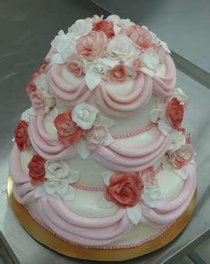 """Трехъярусный свадебный торт в бело-розовых тонах с розами и рюшами - фото 2056954 Кондитерский цех  """"Медвежьи сладости"""""""