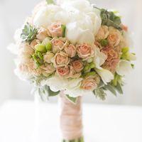 Нежный букет из пионов, кустовых роз