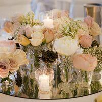 оформление столов гостей композицией из белых и розовых цветов, свечей и зеркала