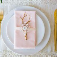 Оформление гостевых тарелок. Нежная розовая салфетка, лента и маленькая золотая веточка.