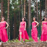 Подружки невесты в сосновом лесу