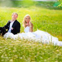 Молодожены на сочной летней траве!