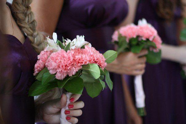 """Букет невесты из розовых гвоздик, белых альстромерий и зеленых листочков, декорированный белой атласной лентой  - фото 2118302 Студия праздничного декора """"Genialdecor"""""""