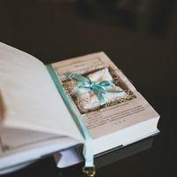 Подушечка для колец в подставке-книге