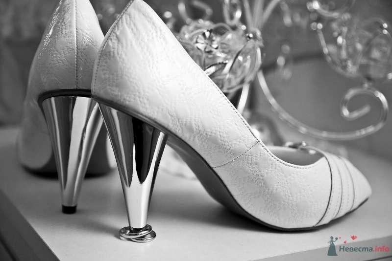 Белые туфли на высоком металлическом каблуке, который стоит на обручальных колечках. - фото 40546 Фотограф Марина Красько