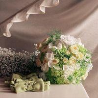 Букет невесты из гортензий, эустом и роз в зелено-белых оттенках и зеленые галстуки-бабочки