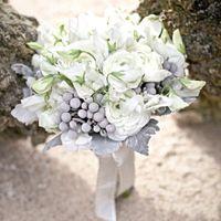 Букет невесты из белых ранункулюсов, фиалок и серебристой брунии