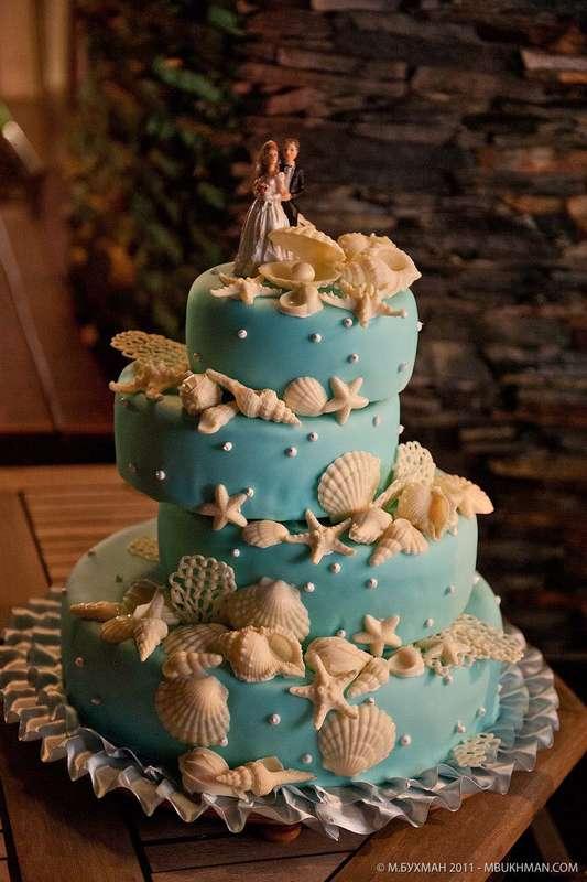 Свадебный торт цвета морской волны, необычной формы, украшенный ракушками и морскими звездами из сахарного песка  - фото 2237052 Sweet Art - свадебное агентство