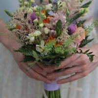 Букет невесты как-будто собран из  полевых цветов, на самом деле это не так. Для его создания использованы довольно дорогостоящие и отчасти экзотические растения, очень стойкие, достойно пережившие не только 2 праздничных дня, но и радовавшие обладательни