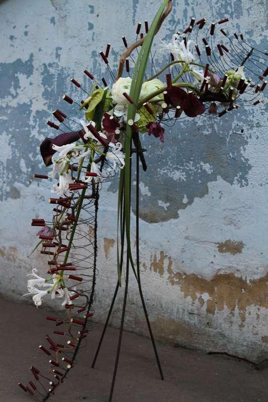 Воздушный парящий букет невесты в стиле Гауди. В работах Гауди часто присутствуют природные и анатомические мотивы. Этот букет по форме напоминает скелет древнего животного или инсекта. Но, не смотря на такие вызывающие ассоциации, он не выглядит агрессив - фото 2290090 Green Umbrella - флористика и декор
