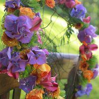 Букет невесты в стиле бохо из роз, гортензий и альстромерий - яркие оранжевые и сиреневые цвета, перья и паутинка в основе