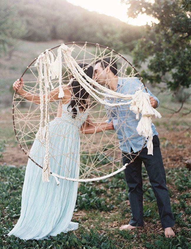 Жених и невеста, целуясь, держат в руках огромного ловца снов, украшенного белыми канатами  - фото 2737659 Tenderness92