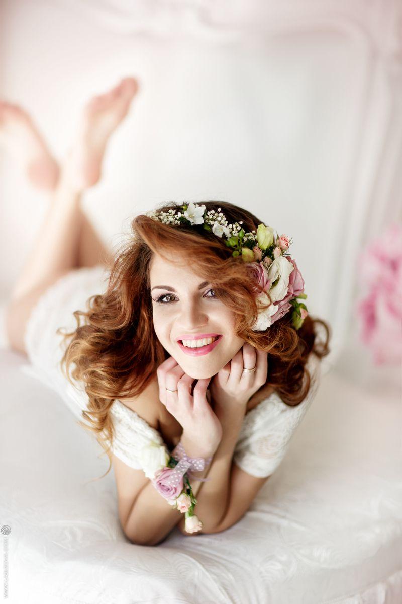прическа на длинные волосы, розовый смоки, стрелки. романтический образ. венок из цветов - фото 2415349 Стилист-визажист Катрина Петренко