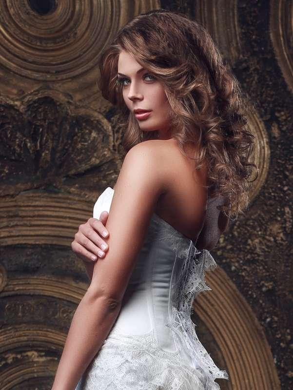 Романтический образ невесты выражен в прическе из распущенных  длинных локонов, с макияжем в золотисто - коричневом тоне - фото 2415565 Стилист-визажист Катрина Петренко