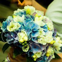 Букет невесты из голубых гортензий, белых фрезий и эустом