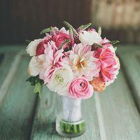 Букет невесты из белых и розовых ранункулюсов и астр