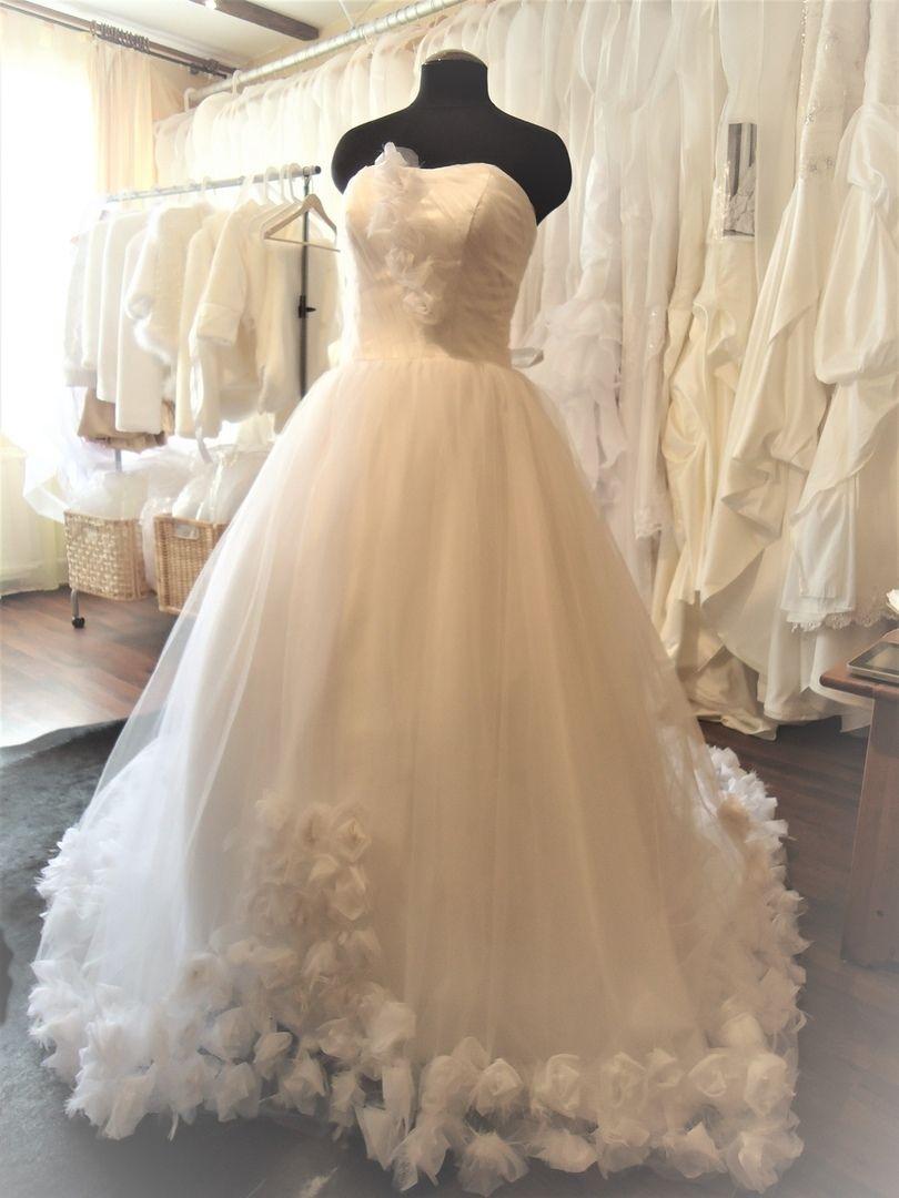 Платье с подолом из роз