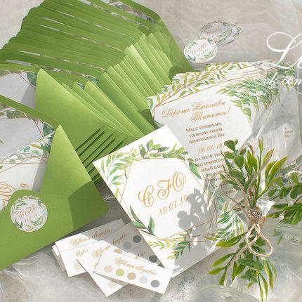 Приглашения в конвертах в цвете вашей свадьбы