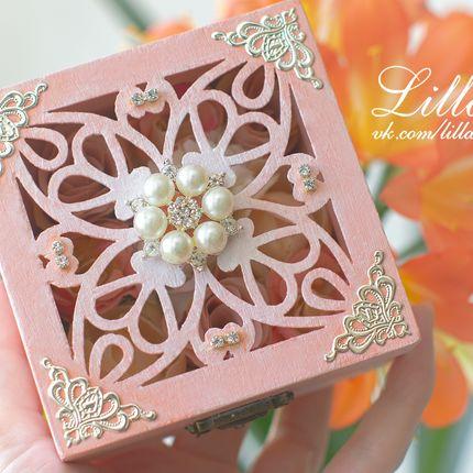 Коробочка для колец с цветами внутри