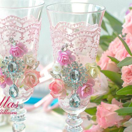 Бокалы с цветами и брошами в розовых тонах