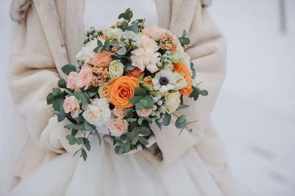 Букет невесты из розовых, белых и оранжевых роз, белых анемонов, серой брунии и зеленого эвкалипта  - фото 2620999 Флорист Наталья Жукова
