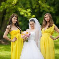 Невеста и её подружки в жёлтом.