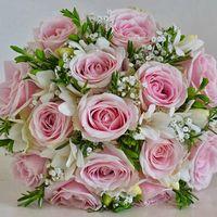 Букет невесты, розы и фрезии