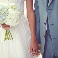 Букет невесты из белых  гортензий с зелено-голубыми оттенками