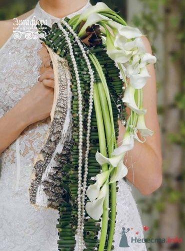 Зеленый каскадный букет невесты.