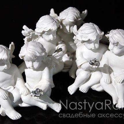 Большие сидящие ангелы с сердечком