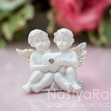 Ангел с сердечком сидящие