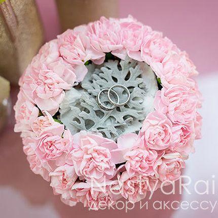 Подушечка для колец из  розовой гвоздики