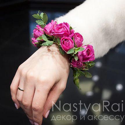 Ярко-розовый браслет из цветов