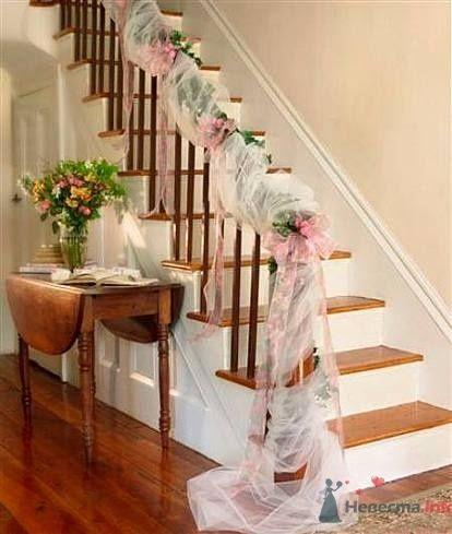 Свадебное украшение лестницы и перил тканью.