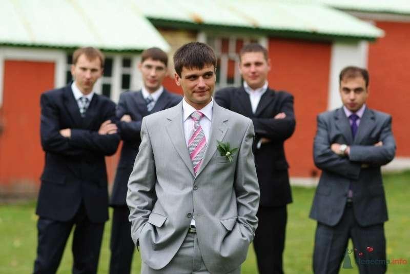 Классический серый костюм жениха двойка с серо-красным галстуком, белой рубашкой и бутоньеркой в петлице пиджака - фото 52754 justy4ka