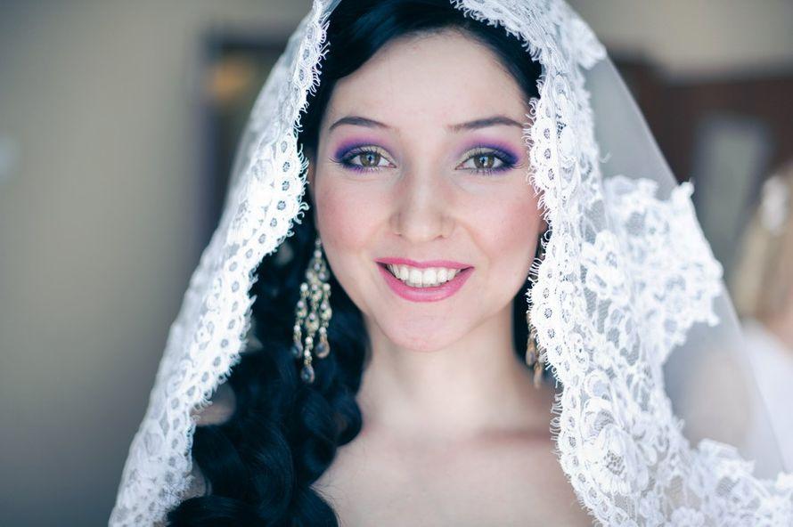 Локоны невесты покрывает белая фата с кружевным краем, в ушах длинные серебристые серьги - фото 2360306 Стилист-Визажист, Brow-мастер Айгуль Залялова