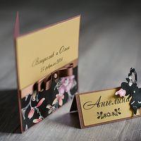 свадебное приглашение в золотистых тонах, украшенное французским бантом из атласной ленты со стразой в серединке , на перламутровый картон теплого золотого цвета нанесены имена жениха и невесты, основа приглашения в цвет ленты, нижняя часть приглашения де