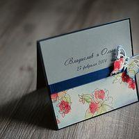 свадебное приглашение в небесно-голубых тонах, украшенное бабочкой в цвет принта с бусинами и атласной лентой, на перламутровый картон нежно-голубого цвета нанесены имена жениха и невесты, основа приглашения в цвет ленты, нижняя часть приглашения декориро